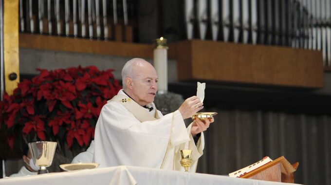 El Arzobispo Carlos Aguiar Preside La Misa En La Basílica De Guadalupe. Foto: INBG