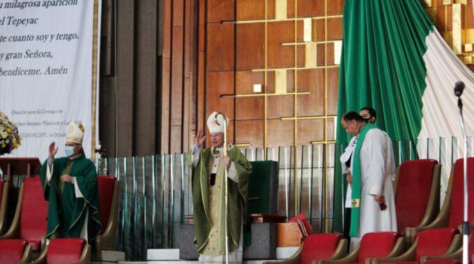 El Arzobispo Carlos Aguiar Imparte La Bendición En La Misa Dominical. Foto: Basílica De Guadalupe.