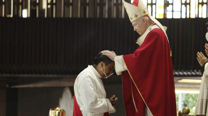 El Cardenal Carlos Aguiar Durante Las Ordenaciones Sacerdotales 2021